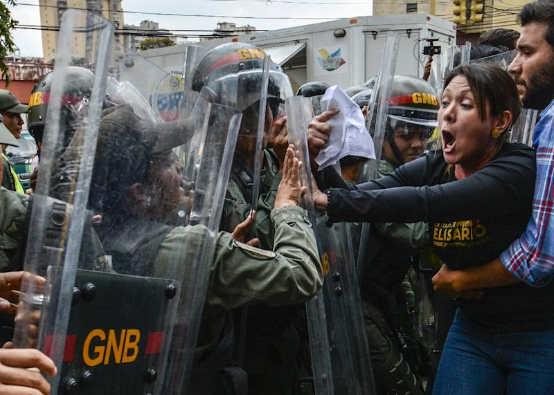 Venezuelan opposition deputy Amelia Belisario (2nd-R) scuffles with National Guard during a protest in front of the Supreme Court in Caracas (AFP Photo/JUAN  BARRETO)