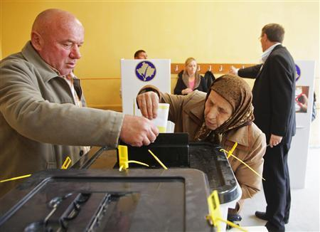 A Kosovo Albanian man and a woman vote at the polling station in the southern part of the divided town of Mitrovica in Kosovo, November 3, 2013. REUTERS/Hazir Reka