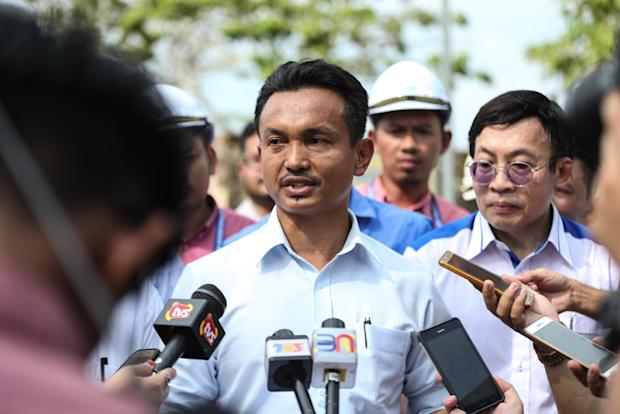 Selangor State Exco Zaidi Abdul Talib gives his statement regarding the repair work on the burst pipe at the SSP3 water treatment plant near Ijok March 7, 2018.