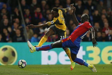 Britain Football Soccer - Crystal Palace v Arsenal - Premier League - Selhurst Park - 10/4/17 Arsenal's Danny Welbeck in action with Crystal Palace's Mamadou Sakho Action Images via Reuters / Matthew Childs Livepic