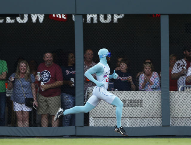 "<a class=""link rapid-noclick-resp"" href=""/mlb/teams/atl/"" data-ylk=""slk:Atlanta Braves"">Atlanta Braves</a> grounds crew member and former college track star Nigel Talton races a fan from the left field corner to the right field corner during Atlanta Braves ""Beat The Freeze"" promotion during a baseball game against the <a class=""link rapid-noclick-resp"" href=""/mlb/teams/mia/"" data-ylk=""slk:Miami Marlins"">Miami Marlins</a> Friday, June 16, 2017, in Atlanta. (AP Photo)"