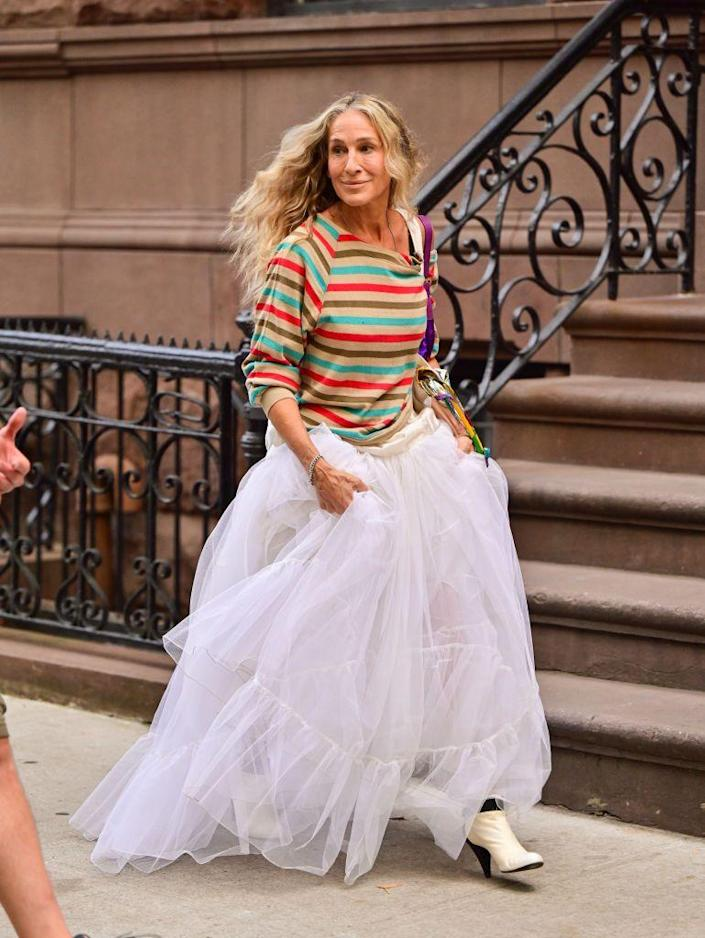 <p>Parker wore a colorful striped sweater and a dramatic sheer white skirt with Fendi's vintage Baguette purple sequined bag and Chanel's white leather ankle boots. <br></p>