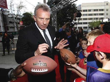 Inductee and former San Francisco 49'ers quarterback Joe Montana signs autographs as he arrives at the 7th Annual California Hall of Fame induction ceremony at The California Museum in Sacramento, California March 20, 2013. REUTERS/Mario Anzuoni