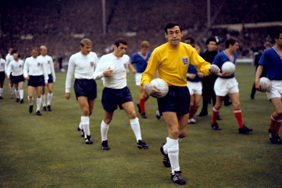 (R-L) England's Gordon Banks, Ian Callaghan, Roger Hunt, Bobby Charlton, Ray Wilson and Nobby Stiles walk out before the match (Photo by PA Images via Getty Images)