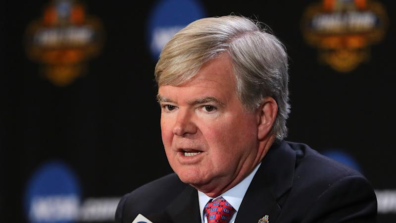 NCAA's Mark Emmert: HS hoops players should have option to pro