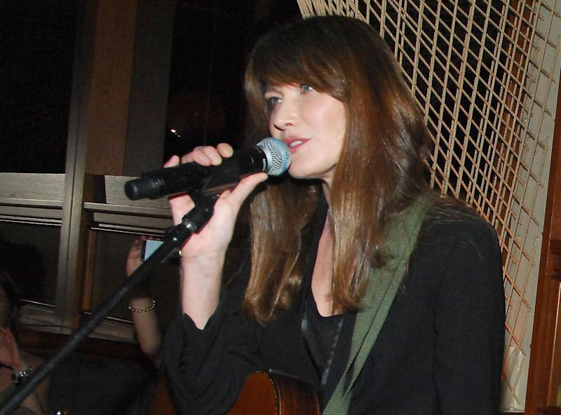 Carla Bruni, back in jeans and in pop-star mode