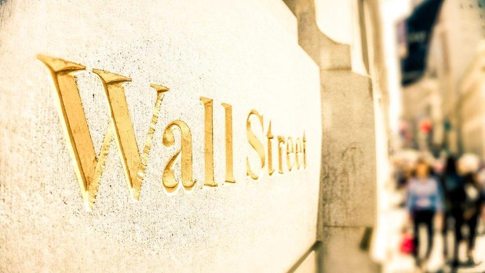 Wall Street escrito en una pared