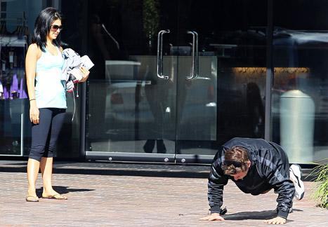 PICTURE: Alec Baldwin Does Push-Ups in the Street in Los Angeles!