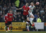 Manchester United's Darren Fletcher (L) and Yeovil Town's Simon Gillett contest a high ball during theirFA Cup match at Huish Park in Yeovil on January 4, 2015 (AFP Photo/Adrian Dennis)