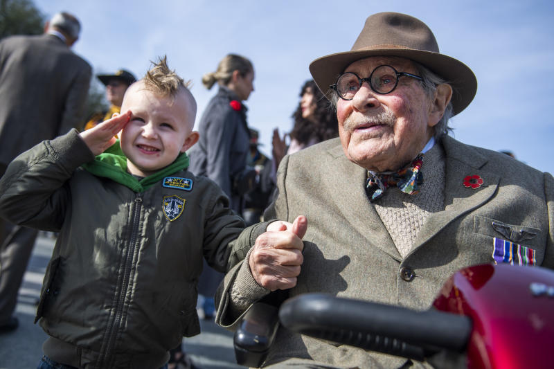 15th Army Air Force veteran Ewing Miller, 96, poses with Ryver Witherington, 5, at the World War II Memorial on Veterans Day, Nov. 11, 2019. Millers B-24 bomber was shot down over Austria in February of 1945 and he served as a POW for the rest of the war. (Photo: Tom Williams/CQ-Roll Call, Inc via Getty Images)