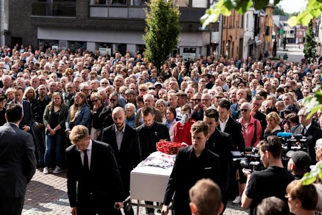 Teammates of Belgian cyclist Bjorg Lambrecht carry his coffin prior to his funeral ceremony in Knesselare (AFP Photo/Kenzo TRIBOUILLARD)