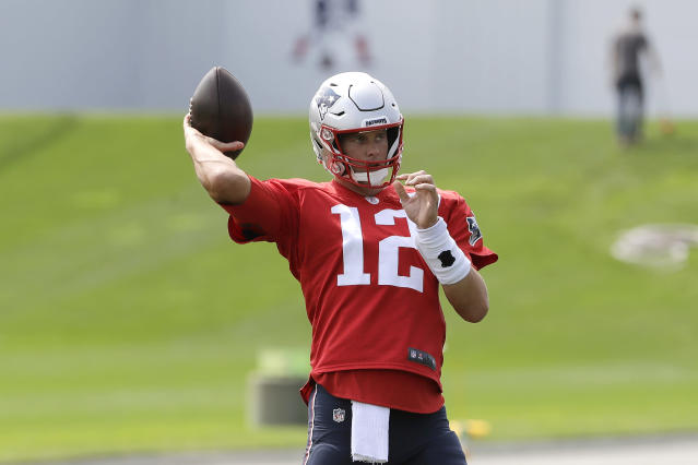 New England Patriots quarterback Tom Brady invited Antonio Brown to stay with him while the receiver gets settled in Massachusetts. (AP)