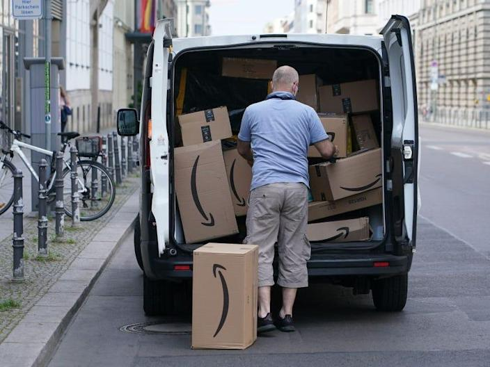 Amazon delivery driver packages