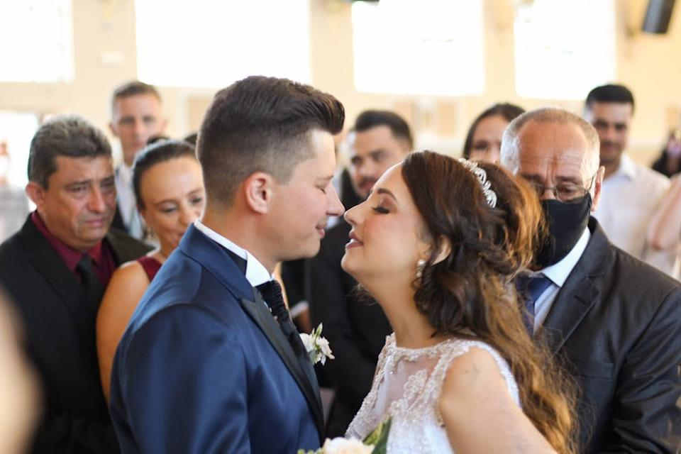 Adarlele Andrade (26) from Parana in Brasil, who was diagnosed with Ewing's sarcoma, a cancer that affects the bones, married her partner Ruan Pablo de Lara (28), days before she died. (Katia Luz/Newsflash)