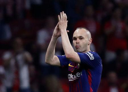 Soccer Football - Spanish King's Cup Final - FC Barcelona v Sevilla - Wanda Metropolitano, Madrid, Spain - April 21, 2018 Barcelona's Andres Iniesta applauds the fans as he is substituted off REUTERS/Juan Medina