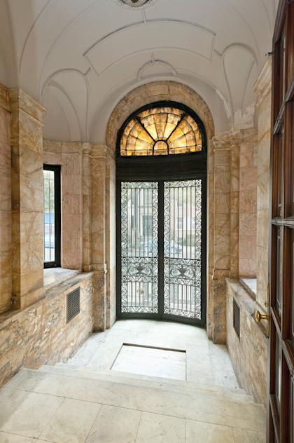 The entryway. Click any photo to go to a slideshow with more and bigger images.
