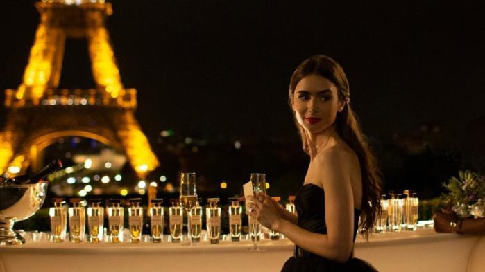 """Emily in Paris"" : Lily Collins pétillante dans la nouvelle série du créateur de ""Sex and the City"""