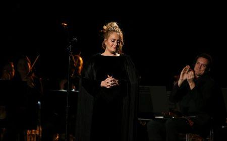 Singer Adele is applauded as he finishes her tribute to the late George Michael at the 59th Annual Grammy Awards in Los Angeles