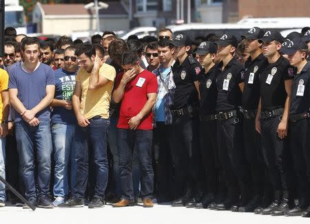 Relatives of police officer Muhammet Fatih Sivri mourn during his funeral ceremony in Istanbul, Turkey, July 27, 2015. REUTERS/Osman Orsal