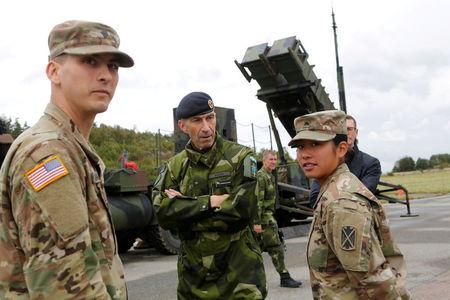 Supreme Commander of the Swedish Armed Forces, Micael Byden, talks with U.S. soldiers during the exercise 'Aurora 17' at Save airfield in Goteborg, Sweden.  Henrik Brunnsgard/TT News Agency/via REUTERS