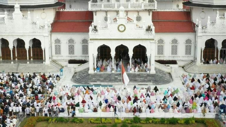Thousands pack Indonesia mosque for Eid prayers despite Covid surge
