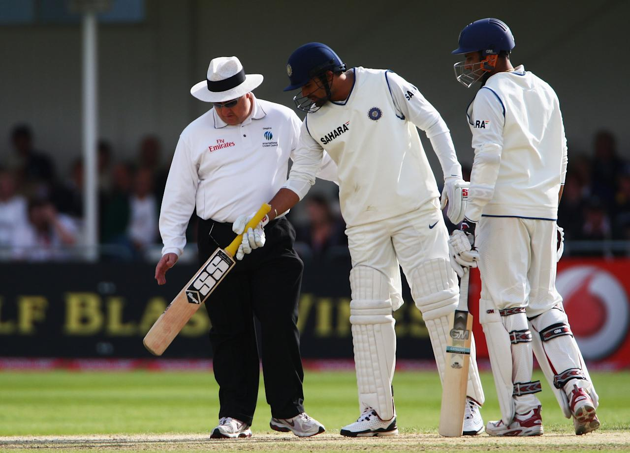 NOTTINGHAM, UNITED KINGDOM - JULY 29:  Zaheer Khan and Anil Kumble (R) of India inspect the pitch with umpire Ian Howell during day three of the Second Test match between England and India at Trent Bridge on July 29, 2007 in Nottingham, England.  (Photo by Tom Shaw/Getty Images)