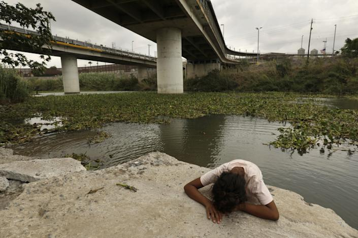 """A young migrant named Stephanie, 10, near the Rio Grande in Matamoros, Mexico. <span class=""""copyright"""">(Carolyn Cole / Los Angeles Times)</span>"""