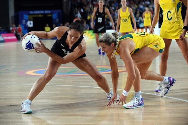 Jodi Brown of New Zealand (L) tries to keep the ball from Australia's Natalie Medhurst during the 2014 Commonwealth Games netball gold medal match at The Hydro venue in Glasgow, Scotland, on August 3, 2014 (AFP Photo/Andy Buchanan)