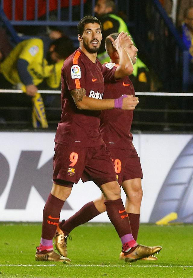Soccer Football - La Liga Santander - Villarreal vs FC Barcelona - Estadio de la Ceramica, Villarreal, Spain - December 10, 2017 Barcelona's Luis Suarez celebrates scoring their first goal with team mates REUTERS/Heino Kalis