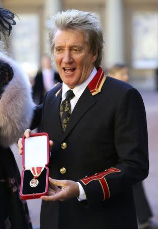 Singer Rod Stewart poses at Buckingham Palace after receiving a knighthood, in London, Britain, October 11, 2016. REUTERS/Gareth Fulller/Pool