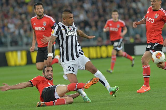 Juventus Arturo Vidal, of Chile, center, challenges for the ball with Benfica defender Ruben Amorin, left, during the Europa League semifinal second leg soccer match between Juventus and Benfica at the Juventus stadium, in Turin, Italy, Thursday, May 1, 2014. (AP Photo/ Massimo Pinca)
