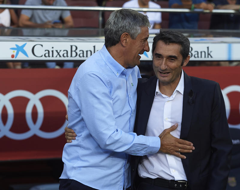 BARCELONA, SPAIN - AUGUST 20: Ernesto Valverde (R), Manager of Barcelona greets Quique Setien, Manager of Betis prior to the La Liga match between Barcelona and Real Betis at Camp Nou on August 20, 2017 in Barcelona, Spain. (Photo by Manuel Queimadelos Alonso/Getty Images)