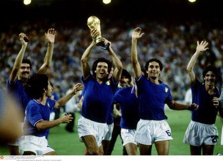 FILE PHOTO: Football - 1982 FIFA World Cup Final - Italy v West Germany - Estadio Santiago Bernabeu, Madrid - 11 July1982 Italy players celebrate and parade the World Cup trophy Mandatory Credit: Action Images / Sporting Pictures/File Photo