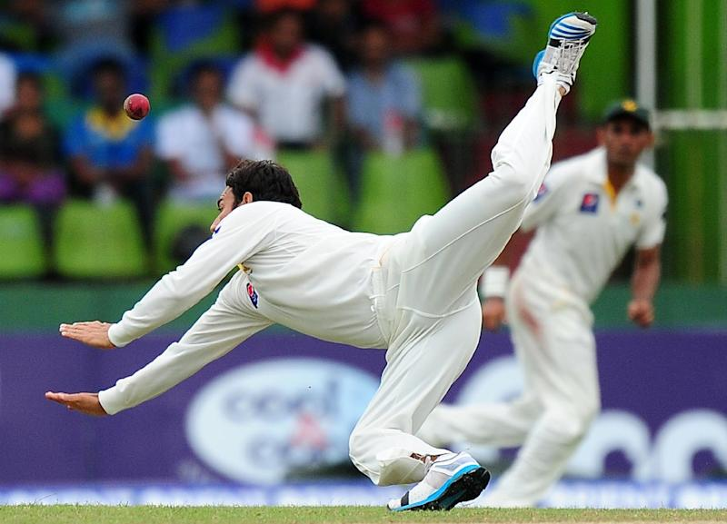 Pakistan bowler Saeed Ajmal dives as he attempts to field a ball during the fourth day of the second Test against Sri Lanka in Colombo on August 17, 2014 (AFP Photo/Lakruwan Wanniarachchi)