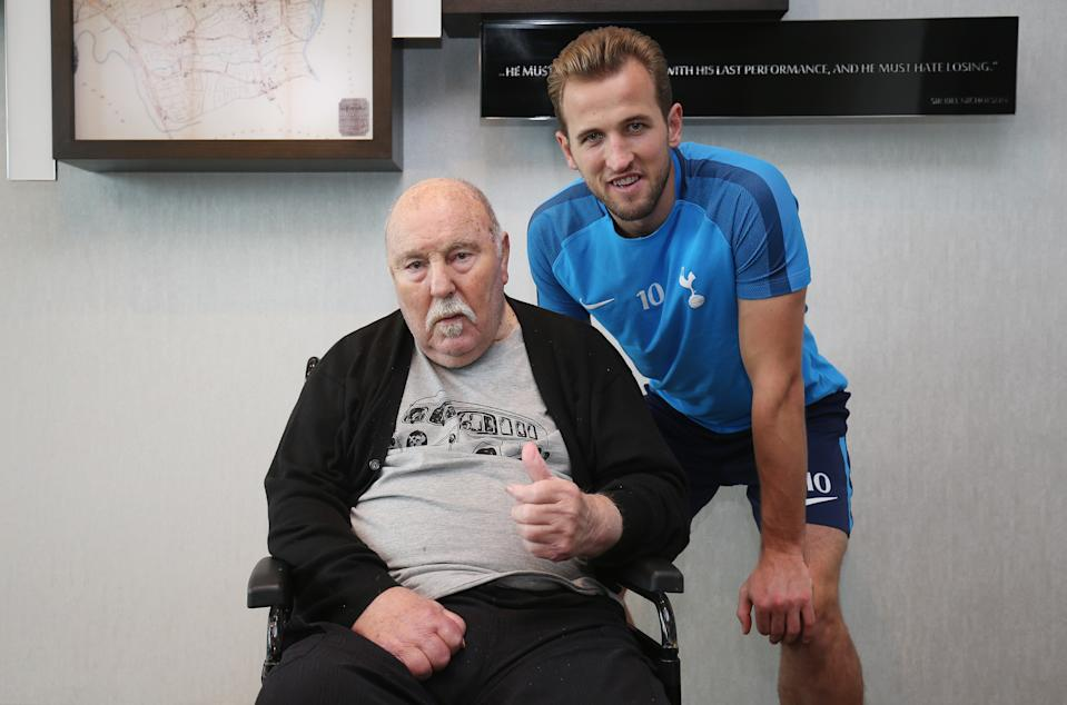 <p>Harry Kane con Jimmy Greaves nel 2017 (Photo by Tottenham Hotspur FC via Getty Images)</p>
