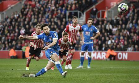 Britain Soccer Football - Southampton v AFC Bournemouth - Premier League - St Mary's Stadium - 1/4/17 Bournemouth's Harry Arter misses a penalty Reuters / Dylan Martinez Livepic