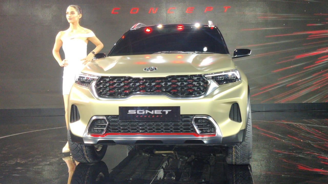 The front is more aggressive than in the bigger brother Seltos and has the signature Tiger nose grille. The headlamps are more angular.
