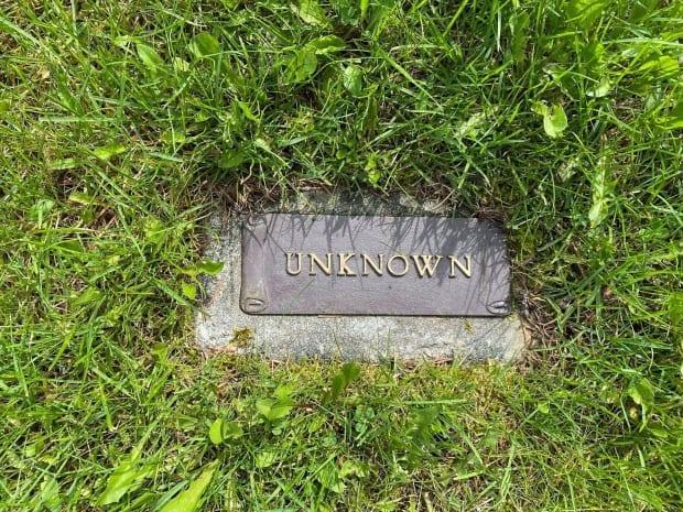 Volunteers in Quesnel, B.C., believe they have found the grave, seen here, of Ferdinand Ainslie Oxenford, a British man who took his own life after being discharged from the Canadian army during World War II. (Submitted by Faith Johnston - image credit)