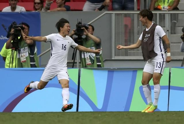2016 Rio Olympics - Soccer - Preliminary - Men's First Round - Group C South Korea v Mexico - Mane Garrincha Stadium - Brasilia, Brazil - 10/08/2016. Changhoon Kwon (KOR) of South Korea celebrates after scoring a goal. REUTERS/Ueslei Marcelino FOR EDITORIAL USE ONLY. NOT FOR SALE FOR MARKETING OR ADVERTISING CAMPAIGNS.