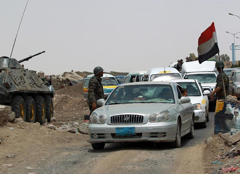 Yemeni soldiers search vehicles for weapons at a checkpoint in one of the capital Sanaa's entrance on March 27, 2014 (AFP Photo/Mohammed Huwais)