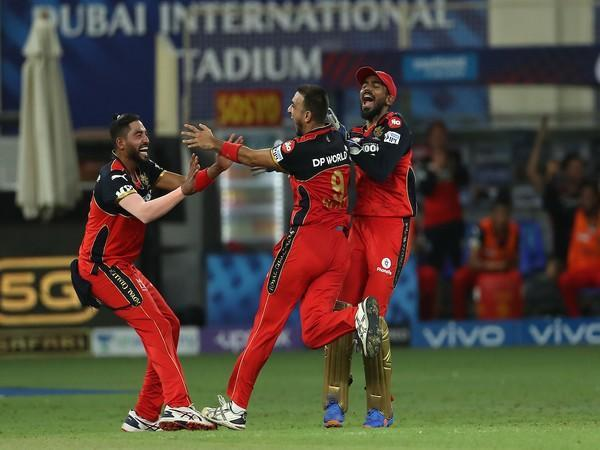 Harshal Patel with RCB players (Photo: Twitter/IPL)
