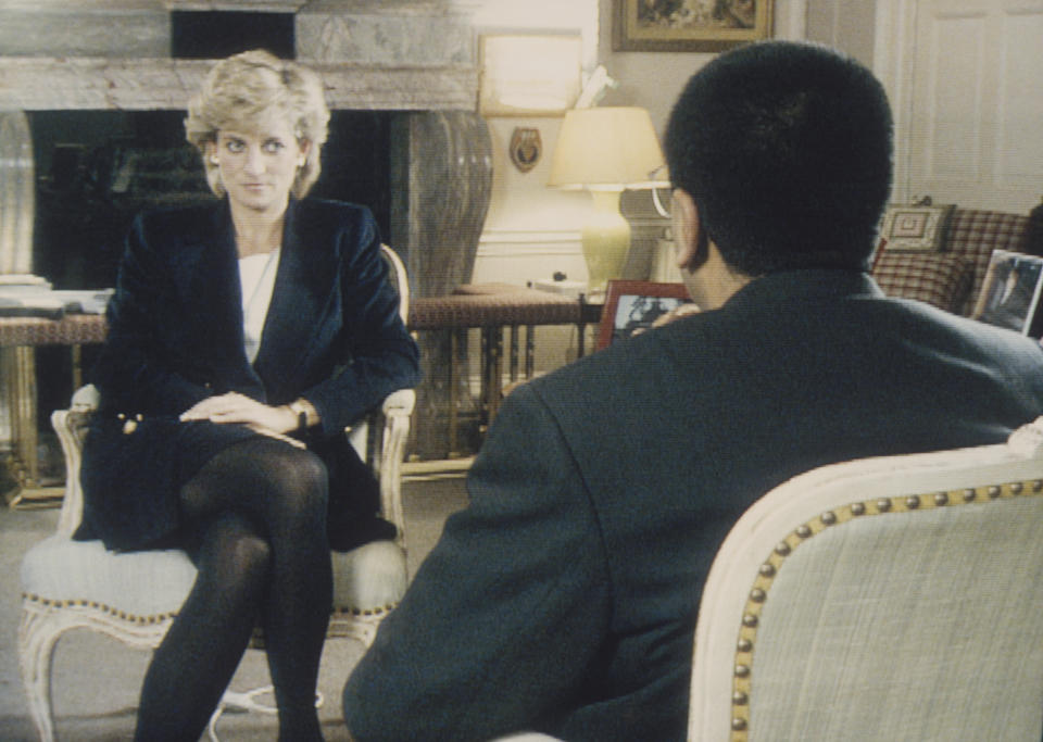 Martin Bashir interviews Princess Diana in Kensington Palace for the television program Panorama. (Photo by © Pool Photograph/Corbis/Corbis via Getty Images)