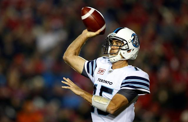 Toronto Argonauts quarterback Ricky Ray throws a pass during the first half of their CFL football game against the Calgary Stampeders in Calgary, Alberta, October 21, 2016. (Reuters/Todd Korol)