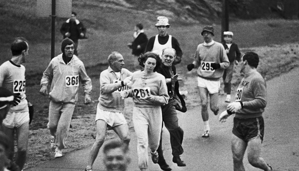 "<span class=""caption"">Kathrine Switzer durante el maratón de Boston el 1 de enero de 1967.</span> <span class=""attribution""><a class=""link rapid-noclick-resp"" href=""https://commons.wikimedia.org/wiki/File:Kathrine_Switzer,_una_delle_prime_donne_partecipanti_a_una_maratona_(Boston_1967).jpg"" rel=""nofollow noopener"" target=""_blank"" data-ylk=""slk:Wikimedia Commons"">Wikimedia Commons</a>, <a class=""link rapid-noclick-resp"" href=""http://creativecommons.org/licenses/by-sa/4.0/"" rel=""nofollow noopener"" target=""_blank"" data-ylk=""slk:CC BY-SA"">CC BY-SA</a></span>"