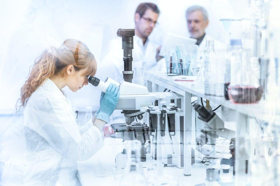"""<span class=""""caption"""">shutterstock</span> <span class=""""attribution""""><a class=""""link rapid-noclick-resp"""" href=""""https://www.shutterstock.com/es/image-photo/health-care-researchers-working-life-science-635438438"""" rel=""""nofollow noopener"""" target=""""_blank"""" data-ylk=""""slk:Shutterstock / Matej Kastelic"""">Shutterstock / Matej Kastelic</a></span>"""