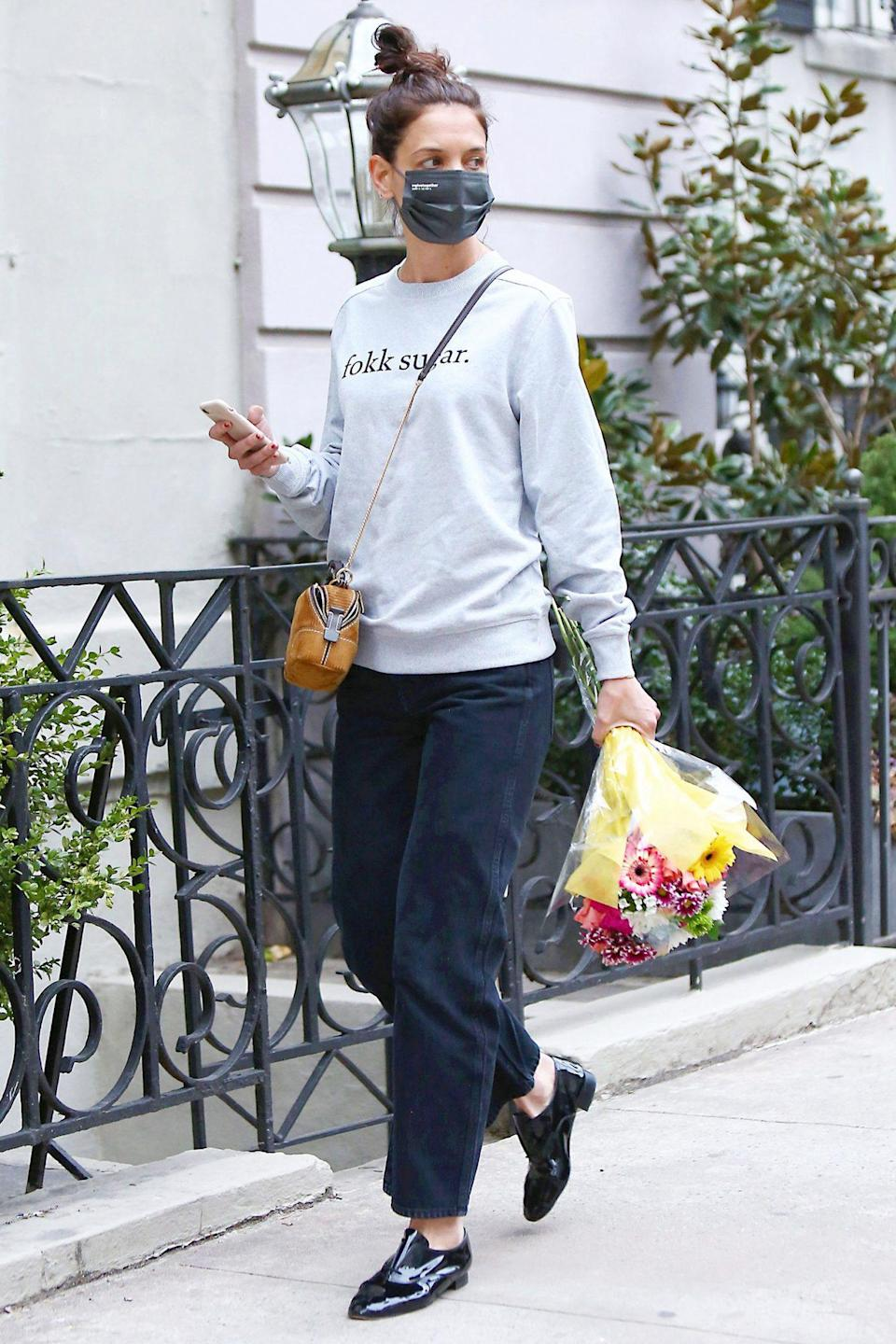 <p>Katie Holmes steps out to pick up flowers on Thursday in N.Y.C. </p>