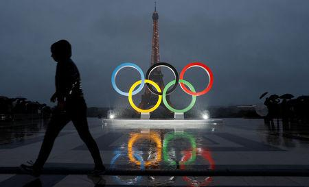 Officials unveil Olympic rings to celebrate the IOC official announcement that Paris won the 2024 Olynpic bid during a ceremony at the Trocadero square in Paris, France, September 13, 2017 .  REUTERS/Gonzalo Fuentes