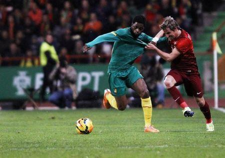 Portugal's Fabio Coentrao (R) fights for the ball with the Cameroon's Alex Song during their international friendly soccer match at Leiria stadium March 5, 2014. REUTERS/Hugo Correia
