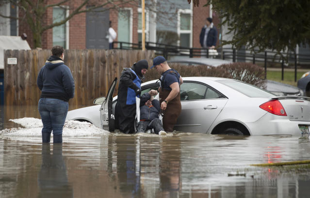 <p>Sarah Poorman looks on as emergency personnel rescue a stranded motorist on Wednesday, Feb. 21, 2018, in Niles, Mich. (Photo: Santiago Flores/South Bend Tribune via AP) </p>