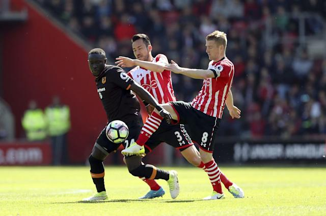 <p>Hull City's Oumar Niasse, left, battles for the ball with Southampton's Maya Yoshida, center, and Steven Davis </p>